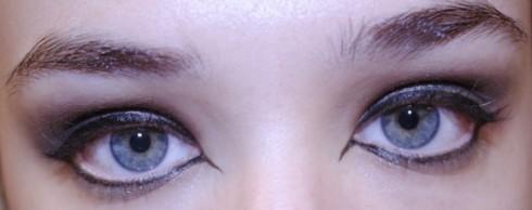 Dùng bút dạ màu đen để kẻ viền mắt trên và dưới. Vẽ phần hốc mắt chếch xuống và phần đuôi mắt xếch lên như trong hình.