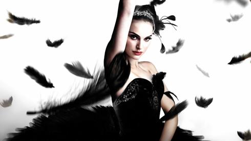 Trang phục: Trang phục múa ballet màu đen hoặc xám. <br> Phụ kiện: Cánh hoặc váy lông vũ màu đen. Ttrang sức lấp lánh và phụ kiện đính lông vũ màu đen.