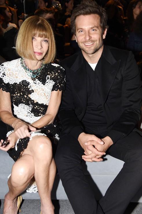 Thậm chí đến Bradley Cooper cũng xuất hiện tại Tuần lễ Thời trang. Và chỗ ngồi vinh dự nào cho nàng? Dĩ nhiên là ngay cạnh bên nữ hoàng băng giá Anna Wintour