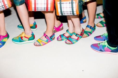Thậm chí những biên tập viên thời trang yêu giày gót nhọn nhất cũng chuộng giày thể thao. Trên sàn catwalk thì các nàng chân dài cũng xuất hiện với giày bệt nhiều hơn trong show diễn. <br/>Ảnh chụp tại show diễn Burberry Prorsum Ảnh: Kevin Tachman