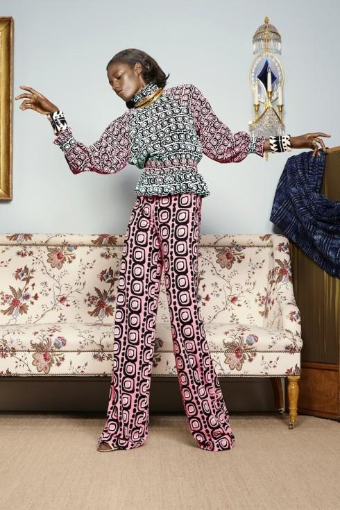 Nghệ thuật phối hợp họa tiết tuyệt hảo của nhà thiết kế Duro Olowu <br/>Những họa tiết đầy màu sắc sặc sỡ được nhà thiết kế này biến hóa sáng tạo trên chất vải silk thượng hạng, khiến trang phục vừa sành điệu vừa tinh tế. <br>Ảnh: Luis Monteiro/ Duro Olowu