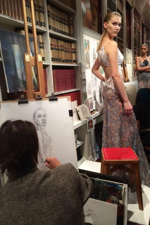 Các nghệ sĩ phát họa người mẫu mặc trang phục của Stella McCartney tại một sự kiện thuộc khuôn khổ Tuần lễ Thời trang London