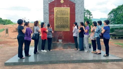 Trong chuyến đi lần này, đoàn công tác cũng dành thời gian để thăm lại các di tích lịch sử của Điện Biên