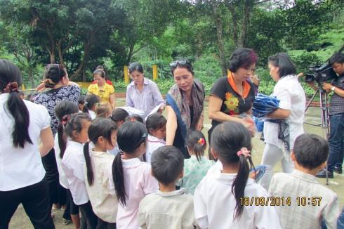 Đoàn công tác tặng quà cho các học sinh nghèo huyện Mường Chà - tỉnh Điện Biên
