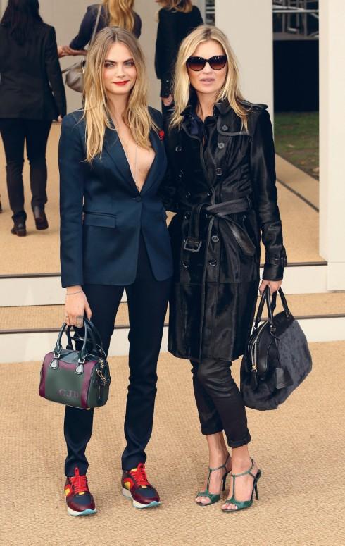Thay vì sải bước trên sàn catwalk, Cara Delevingne cùng Kate Moss là tâm điểm của hàng ghế đầu với những món phụ kiện mới nhất của Burberry.