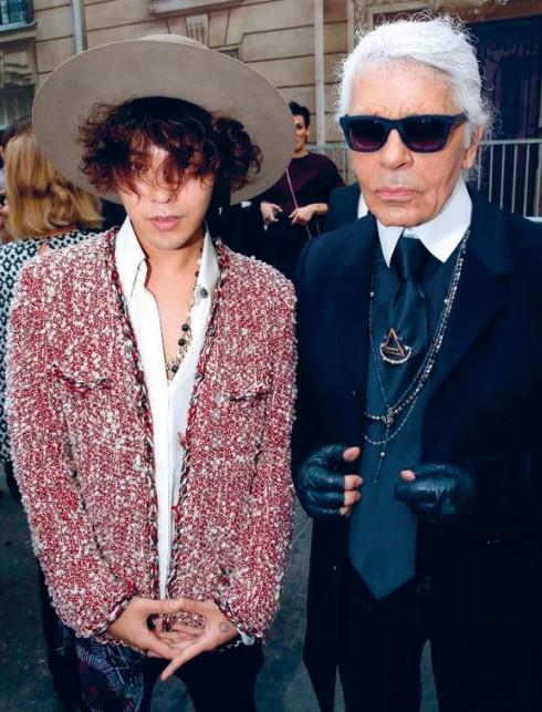 G-Dragon đã chọn chiếc áo khoác vải tweed nổi tiếng của Chanel khi tham dự show diễn Xuân - Hè 2015 tại Paris.