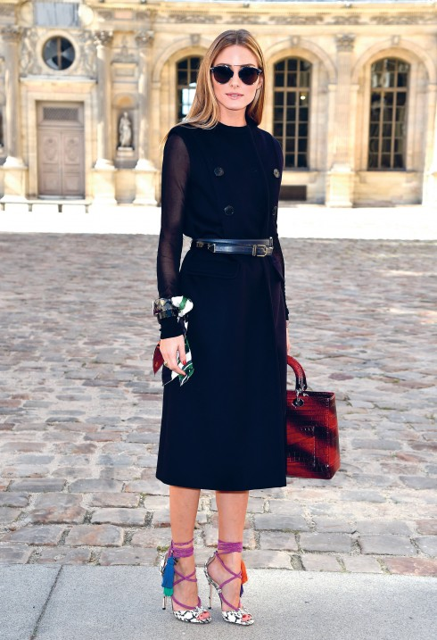 Olivia Palermo trông sang trọng và sành điệu với bộ trang phục top-totoe của Christian Dior bên ngoài chiếc lều bằng kính trước khi show diễn Xuân - Hè 2015 của Dior bắt đầu.