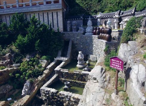 Khu ném xu may mắn trong chùa Haedong Yonggung
