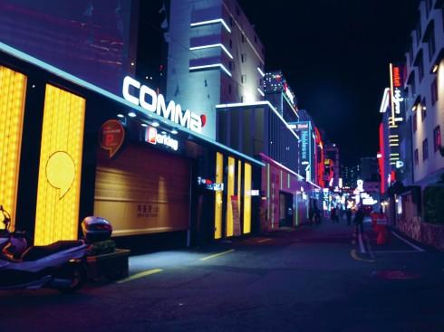 Một góc phố thuộc quận Haeundae của Busan trong màn đêm. Ở đây, chỉ trên một con đường, du khách có thể tìm thấy các khách sạn cao cấp, khách sạn dành cho doanh nhân, nhà nghỉ cho những người du lịch bụi và cả các motel dành cho các cặp đôi.