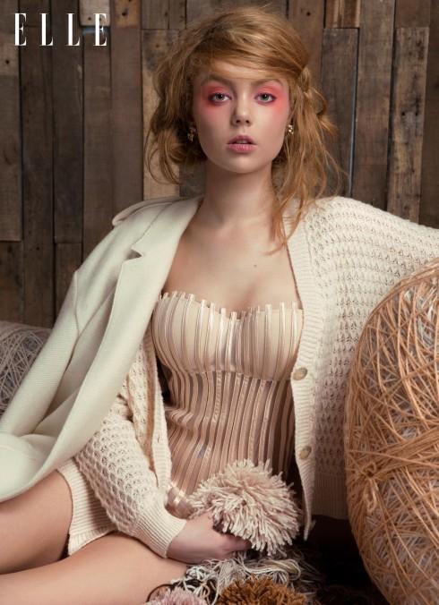 Hoa tai Dior, Áo corset La Perla, Cardigan Topshop, Áo khoác Burberry