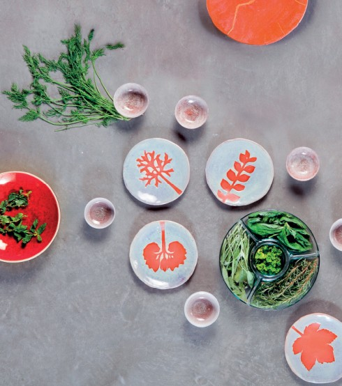Đĩa họa tiết lá màu cam cỡ lớn 350 USD/chiếc, đĩa họa tiết lá màu cam cỡ nhỏ 100 USD/chiếc, tất cả của Monsoon Restaurant & Bar Saigon. Đĩa 280.000đ Decosy