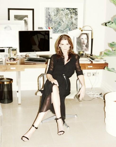 Natalie trong văn phòng tại nhà. Ảnh của tạp chí 032c. Đầm ALEXANDER WANG
