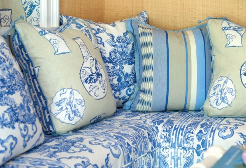 Cả màu sắc lẫn các thiết kế gốm xuất hiện trên gối và sofa.