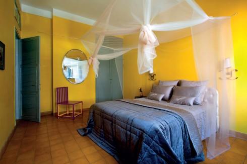 Sự kết hợp độc đáo đã mang đến cho phòng ngủ phong cách ấn tượng, bắt mắt từ màu sắc đến chất liệu của từng món đồ
