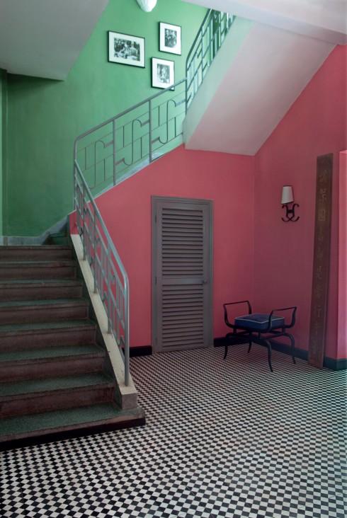 Không gì giúp cho căn phòng trở nên sống động hơn việc sắp xếp khéo léo các màu làm nổi bật nhau. Bằng chứng là trong căn phòng này, màu hồng và màu xanh lá cây làm nổi bật hình dáng chiếc cầu thang. Lan can được sơn lại màu xám có hiệu ứng làm dịu, đồng thời cũng là màu xuyên suốt khắp căn nhà.