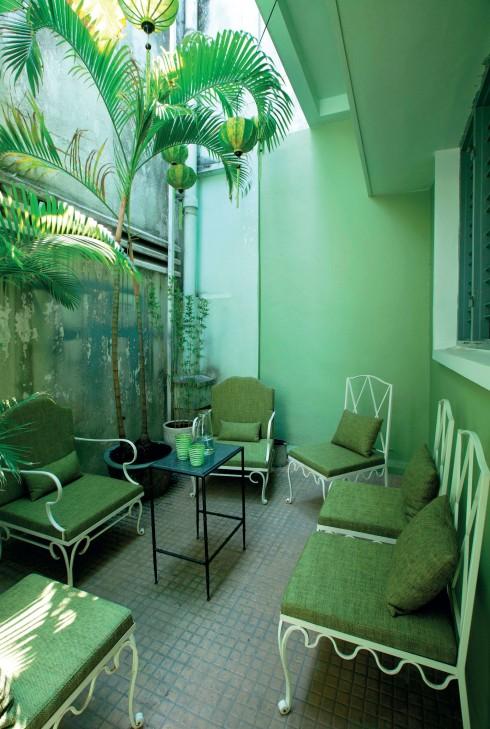 Các tông màu xanh được sử dụng triệt để cả ở phía trong và ngoài căn nhà giúp tạo nên sự thư thái, dịu mát và làm nổi bật sắc hồng, tím, cam còn lại