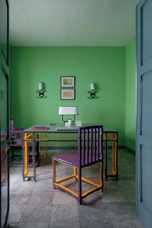 Phòng làm việc kiểu An Nam với ghế sơn màu tím viền vàng trên nền tường xanh hồ đào.