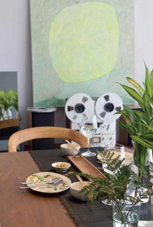 Bộ sưu tập phòng khách có thêm bộ dàn Akai cũ cùng tranh của họa sĩ Lê Thiết Cương.