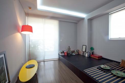 Phòng ngủ với gam màu xám đen yêu thích. Những chiếc chiếu cói từ Sadec District cùng một vài món đồ màu sắc từ BoConcept mang lại không khí ấm áp cho căn phòng.