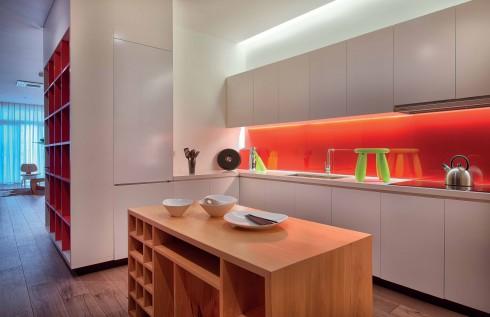 """Việc sắp đặt bàn thờ và giá sách một cách hợp lý đã tạo ra phòng bếp """"nửa kín, nửa hở"""", có thể mở ra không gian sinh hoạt chung, nhưng đồng thời vẫn được ngăn với phòng ăn, phòng khách."""