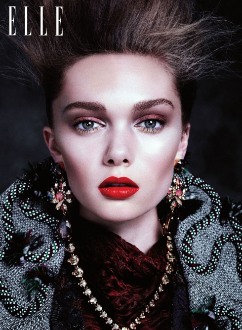 Chọn đôi mắt làm điểm nhấn cho gương mặt bằng màu sắc tương phản với trang phục để tạo nên một tổng thể hài hòa.<br/>Đầm OSCAR DE LA RENTA <br>Áo khoác ALICE AND OLIVIA<br> Vòng cổ vàng & ngọc trai LULU FROST<br> Vòng cổ LOLITA LORENZO<br> Hoa tai ERICKSON BEAMON<br> Vòng tay LULU FROST
