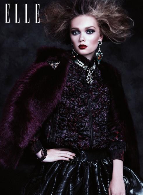 Nổi loạn pha chút huyền bí, đó là khi màu mắt, son môi đồng điệu tông màu đậm với xám đen và đỏ thẫm.<br/>Áo khoác ANNA SUI<br> Áo gi-lê DKNY<br> Đầm CHRISTIAN SIRIANO<br> Vòng cổ SHOUROUK<br> Hoa tai MAWI<br> Vòng tay MAWI<br> Cài áo HOLST LEE