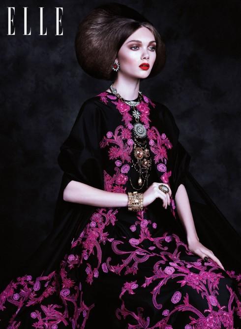 Những màu sắc trung tính như màu nâu sẽ dễ dàng kết hợp với bất kỳ sắc son nào, mang lại vẻ cổ điển, nữ tính nhưng không hề nhạt nhòa.<br/>Đầm &amp; áo khoác MONIQUE LHULLIER<br> Hoa tai DANNIJO<br> Vòng cổ kim cương LULU FROST<br> Vòng cổ vàng ERICKSON BEAMON <br>Vòng tay OSCAR DE LA RENTA <br>Nhẫn ERICKSON BEAMON