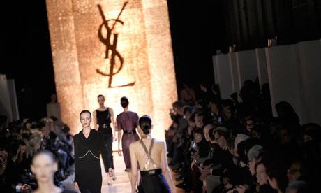 Yves Saint Laurent là một trong những thương hiệu cao cấp đến với e-commerce từ năm 2012.