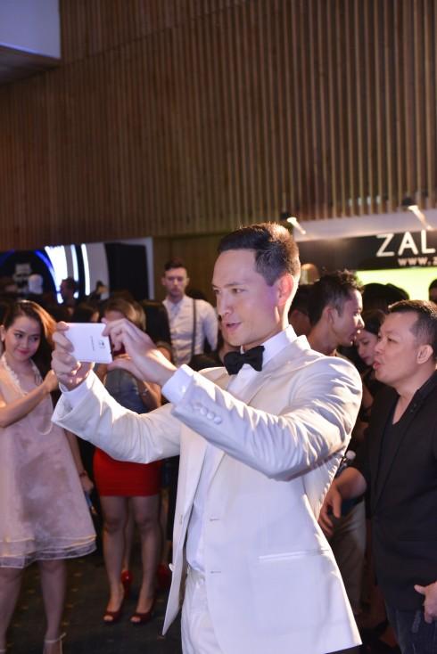 Kim Lý say mê chụp hình bằng điện thoại Samsung Note 4