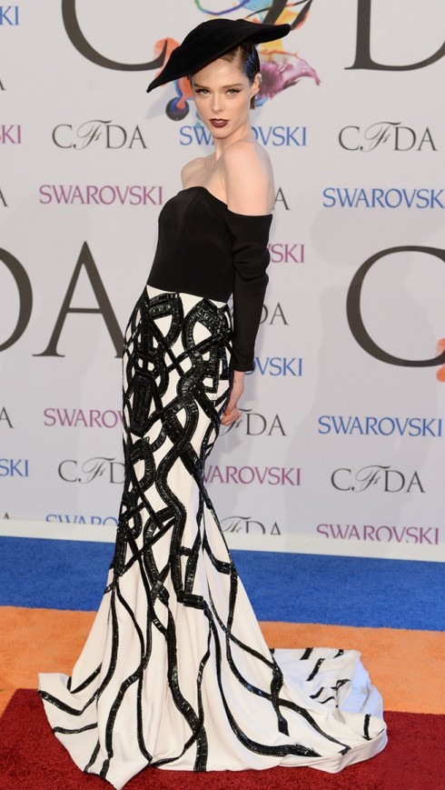 Chân dài 1m78 nổi bật và sang trọng trong thiết kế của Christian Siriano cùng mũ nấm tại lễ trao giải thời trang CFDA ngày 1-6.
