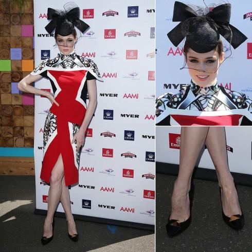 Người đẹp diện váy Peter Pilotto, phối giày đen và mũ trang trí của Nerida Winter khi góp mặt trong Melbourne Cup ở Úc vào năm 2013.