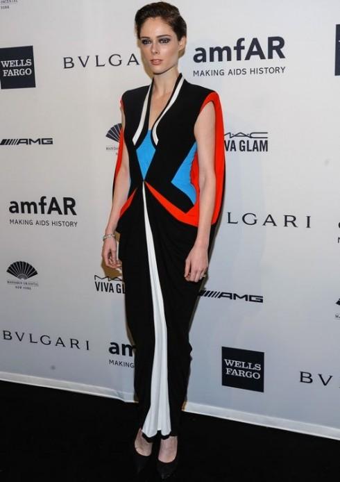 Rõ ràng thiết kế color block thuộc bộ sưu tập Jean Paul Gaultier Haute Couture Xuân 2014 đã khiến mọi ánh nhìn phải tập trung vào Rocha. Cô kết hợp với vòng tay kim cương và giày cao gót bít mũi đen tuyền.