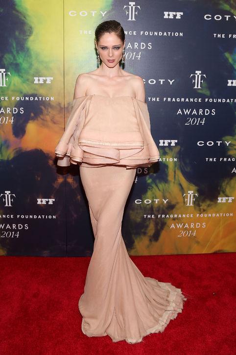 Tham dự lễ trao giải The Fragrance Foundation Awards tại New York ngày 16-6 vừa qua, Coco Rocha diện váy Zac Posen xếp nếp lạ lẫm ở phần ngực. Chiếc váy ôm thắt khoe bờ eo thon và xoè đuôi cá độc đáo.