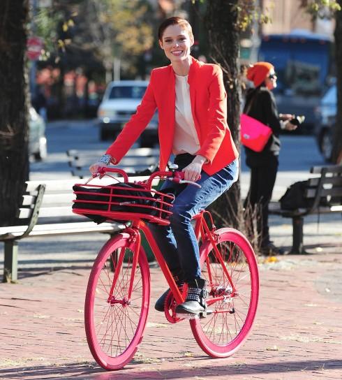 Một Coco Rocha trẻ trung, năng động và giản dị ở đời thường: áo blazer màu cam nổi bật, quần boyfriend jeans và giầy bốt cổ thấp đế bằng đầy thoải mái cho những ngày thu se lạnh, đạp xe quanh thành phố.