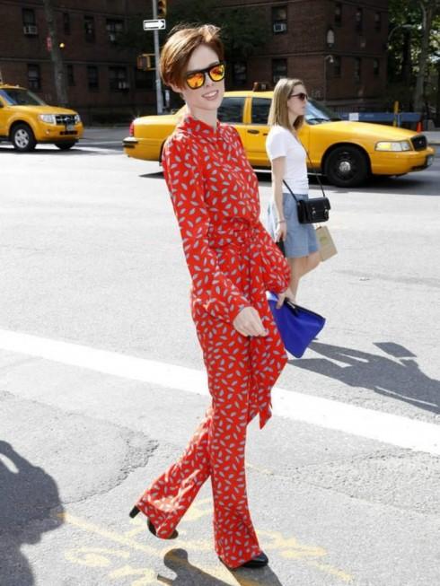 Siêu mẫu 26 tuổi trong bộ jumpsuit in hoa màu cam rực rỡ kiểu năm 1970 của nhà thiết kế lừng danh Diane Von Furstenburg.