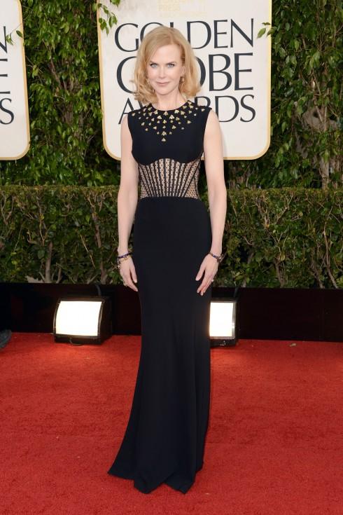 Bộ đầm đen cut-out đính đá của Alexander McQueen khiến người đẹp nước Úc càng tăng thêm vẻ lạnh lùng, quyến rũ tại Lễ trao giải Quả Cầu Vàng năm 2013.