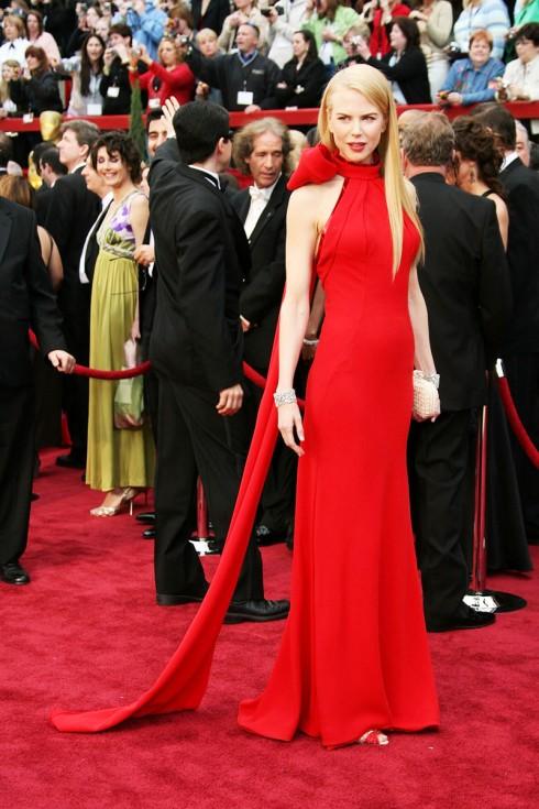Chiếc đầm đỏ đơn giản mà sang trọng của Balenciaga đã khiến Nicole Kidman trở thành tâm điểm của sự chú ý của lễ trao giải Oscar năm 2007.