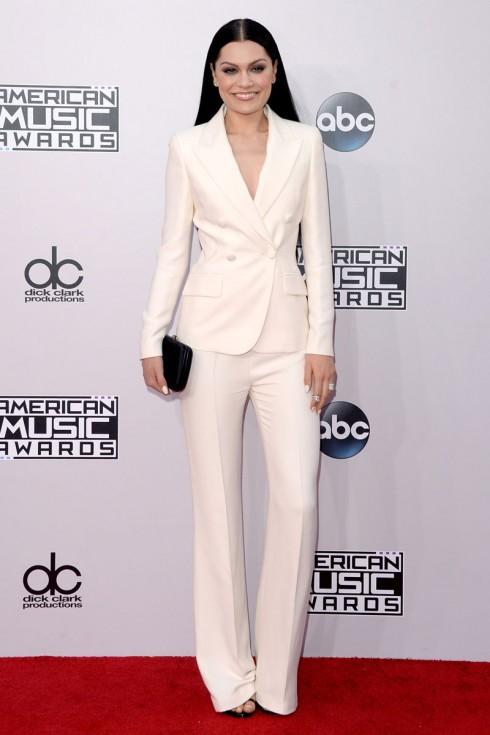 Jessie J trong bộ vest trắng đơn giản nhưng rất phong cách