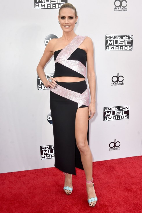Siêu mẫu Heidi Klum trong một thiết kế váy xẻ cao của Versace