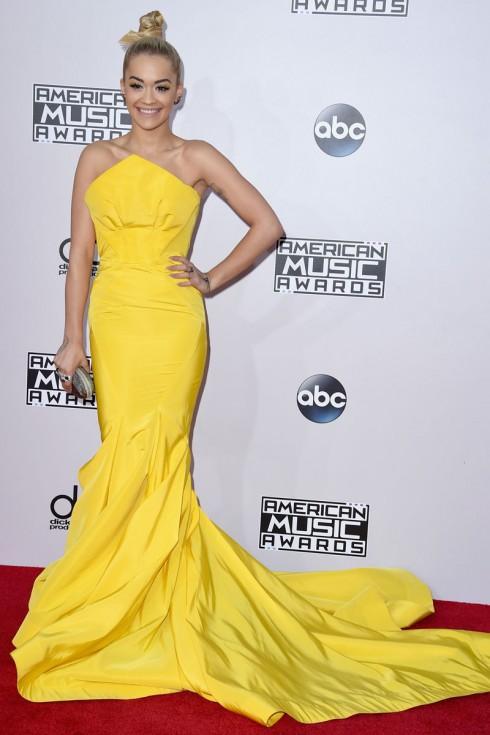 Rita Ora và chiếc đầm vàng nổi bật của Zac Posen