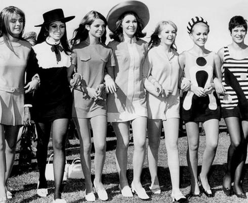 Những chiếc váy chữ A phô diễn vẻ đẹp phóng khoáng nhưng vẫn quý phái của các quý cô trong thập niên 60.