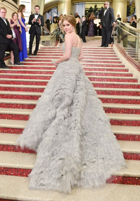 Những tác phẩm thời trang của Oscar de la Renta được thiết kế rất công phu và tỉ mỉ, như chiếc đầm dạ hội của nữ diễn viên Amy Adams tại lễ trao giải Oscar 2013.