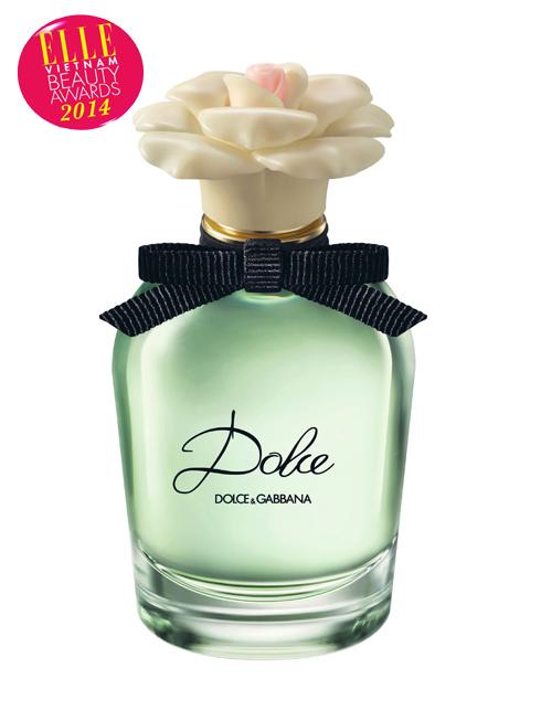 <strong>6. DOLCE &amp; GABBANA DOLCE</strong><br> Lần đầu tiên, hoa huệ nhung trắng được đưa vào công nghệ chế tạo mùi hương để tạo nên nét độc đáo cho sản phẩm. Với Dolce, chúng ta sẽ bắt gặp những hình ảnh giản dị của miền quê Sicily yên bình và nhẹ nhàng từ kiểu dáng thiết kế chai đến từng thành phần hương. Một chút ngọt ngào của các loài hoa trắng hòa quyện cùng hổ phách ấm áp và nồng nàn sẽ là một điểm nhấn độc đáo cho những cô gái yêu thích sự giản dị và nhẹ nhàng.<br> Giá: 2.350.000 VNĐ/50ml