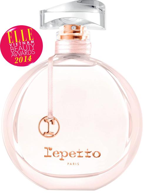 <strong>7. REPETTO</strong><br> Một mùi hương nữ tính mang đậm chất Repetto. Một mùi hương dành cho cô nàng vũ công ballet nữ tính, duyên dáng và luôn đem đến những diều kỳ diệu. Repetto sẽ như một lớp satin mỏng bao phủ trên làn da và mang đến một cảm nhận ngọt ngào, dễ chịu của hương hoa gỗ xạ hương, hoa hồng nhung, cam và kết thúc cùng hương phấn hổ phách và vanilla. <br> 1.700.000 VNĐ/50ml