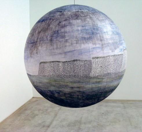 Một trong ba tác phẩm bằng bút bi mô tả miền California trên quả địa cầu của Russell Crotty. Tác phẩm được treo tại tòa nhà đại sứ quán Mỹ ở Bắc Kinh, Trung Quốc