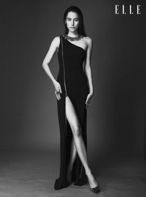 Đầm dài Bebe, Vòng cổ BCBG, Giày Christian Louboutin, Nhẫn Coast