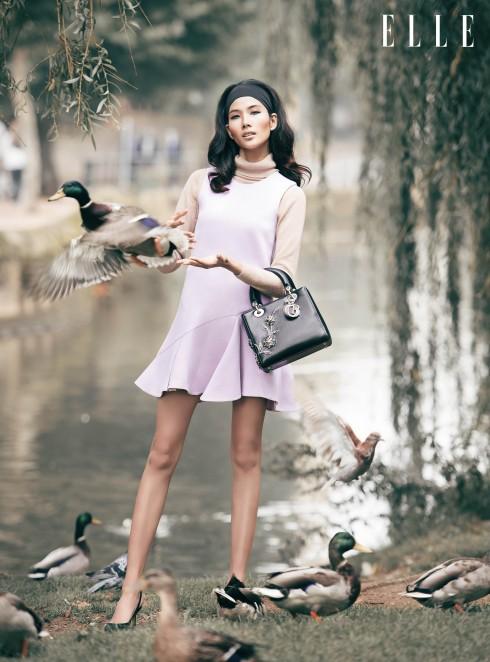 Áo thun cổ lọ Guess By Marciano, Đầm và túi xách Christian Dior, Giày Manolo Blahnik