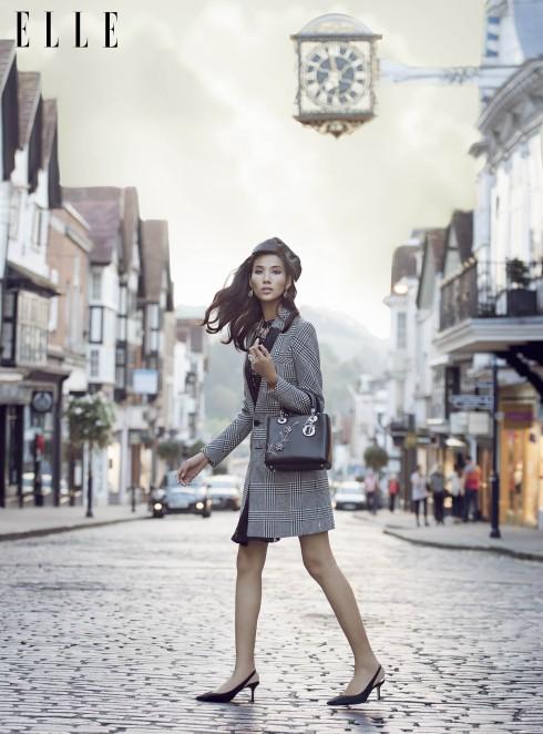 Đầm Pinko, Áo khoác Guess By Marciano, Túi xách Christian Dior, Giày Manolo Blahnik, Hoa tai và nhẫn Kate Spade New York