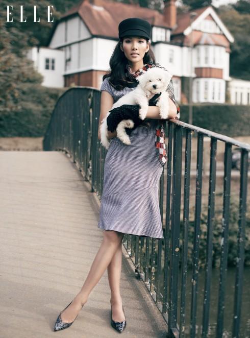 Đầm Pinko, Khăn choàng Jonathan Saunders, Mũ và găng tay Kate Spade New York, Giày Sophia Webster