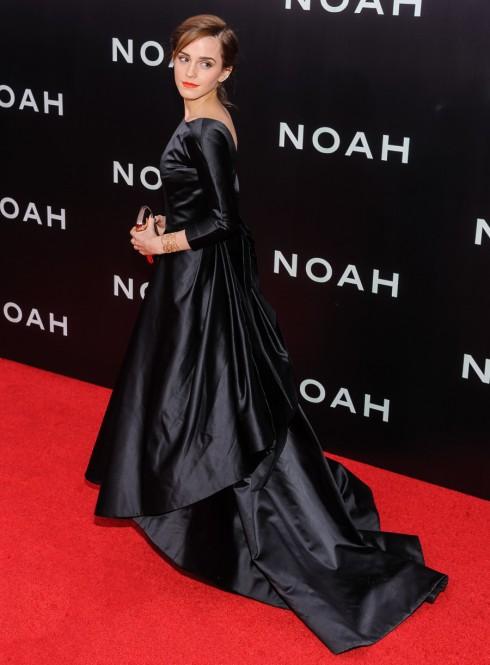 Nữ diễn viên Emma Watson chọn chiếc đầm satin đen cho buổi ra mắt phim Noah tại London vào tháng 3/2104.<br/>